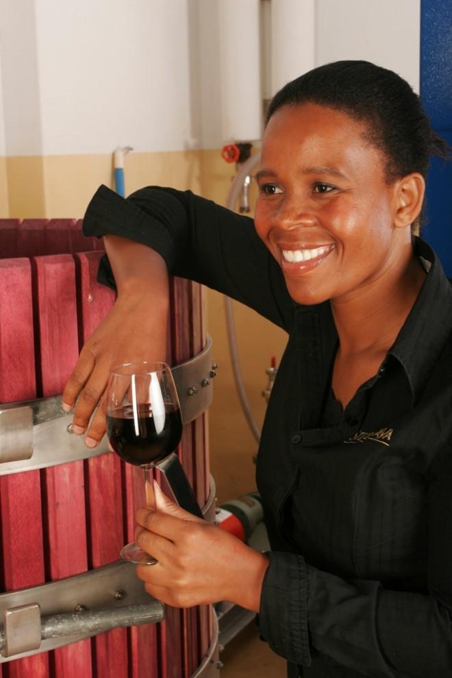 Einer der ersten schwarzen Kellermeisterinnen in Südafrika ist Ensiki Bijela.