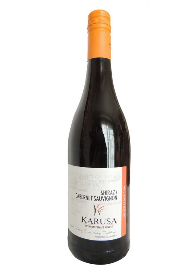 Ausgeglichene Rotwein Cuvee aus Shiraz und Cabernet Sauvignon Trauben von Karusa in der Kleinen Karoo in Südafrika.
